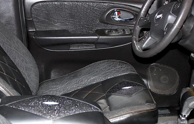 wnętrze auta ze skóry słonia